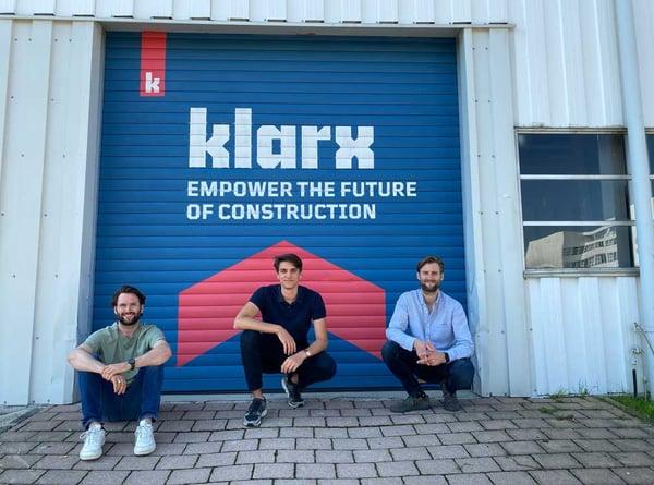 Logistikzentrum von klarx mit den Gründern vor dem Rolltor