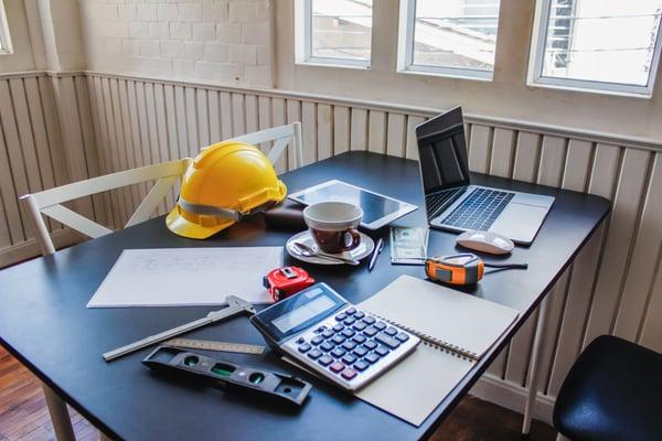 Schreibtisch auf einer Baustelle