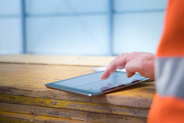Tablet auf einer Baustelle