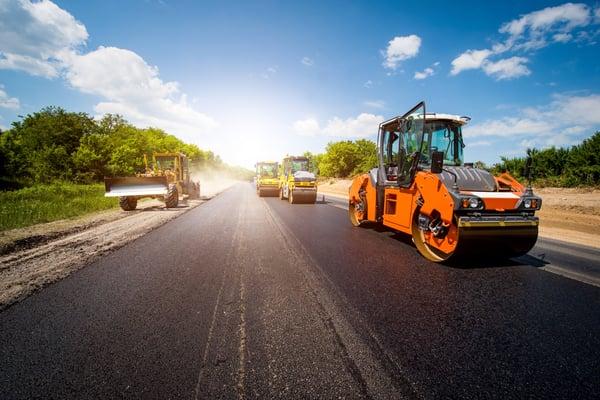 Baumaschinen fahren im Straßenverkehr