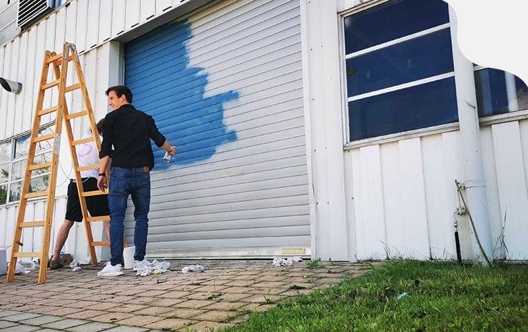 Philipp Leeger streicht das Tor des klarx Logistikzentrums in München
