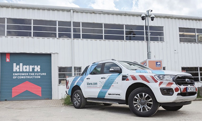 Ford Ranger von klarx vor dem Logistikzentrum