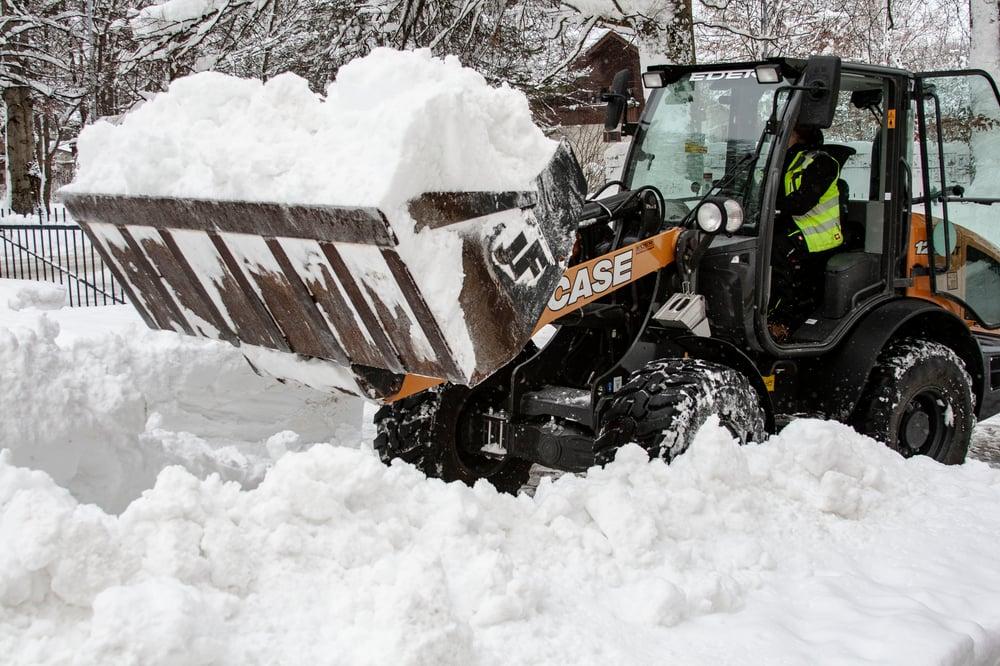 Ein Radler ist winterfest und befreit die Straßen vom Schnee
