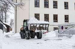 Meterhoch liegt der Schnee auf dem Schulgelände.
