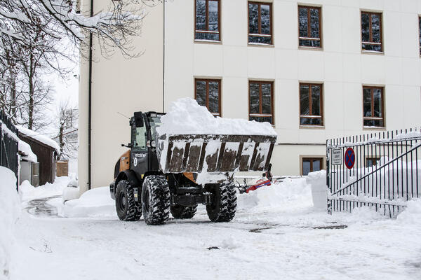 Meterhoch liegt der Schnee auf dem Schulgelände