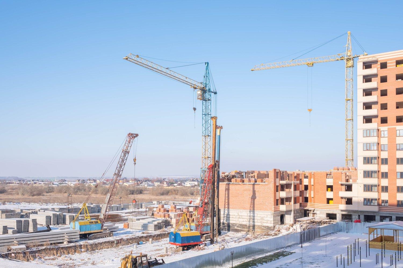 Turmdrehkrane wurden gemietet und stehen auf einer Baustelle