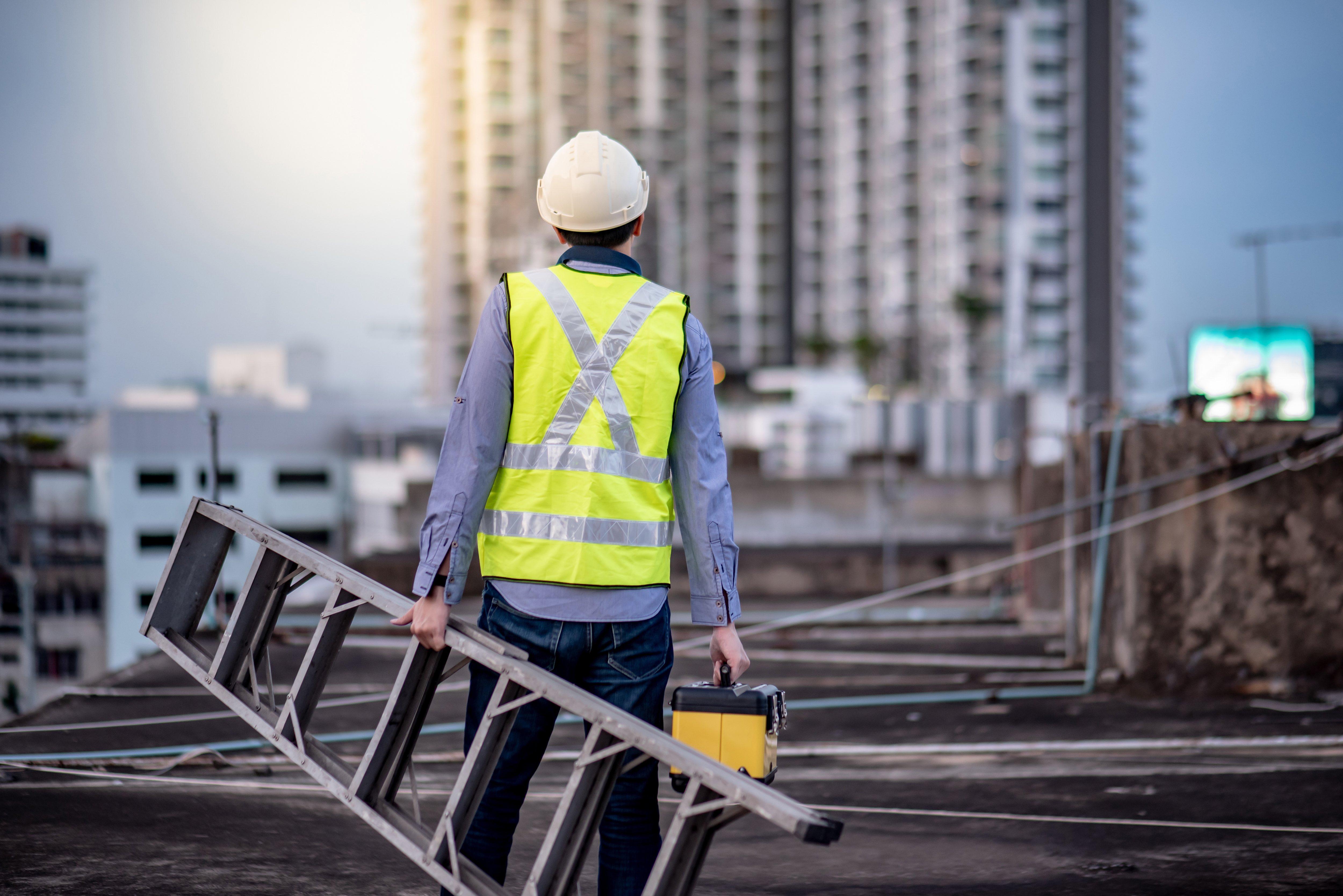 Ein Bauleiter auf der Baustelle
